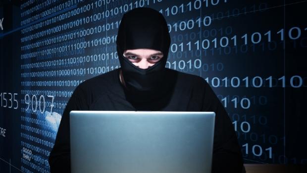 hacker roubando dados